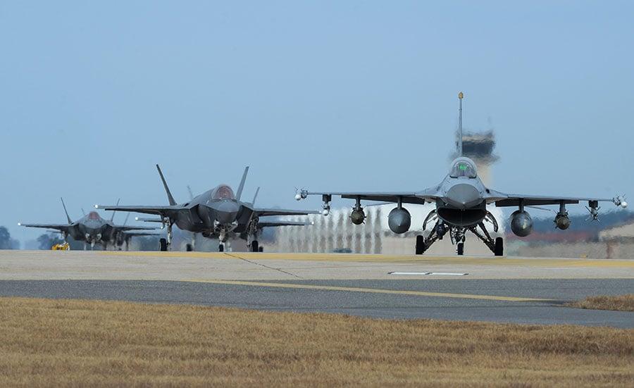 圖為12月3日參加美韓軍演的美軍F-16和F-35A戰機。(Senior Airman Colby L. Hardin/U.S. Air Force via Getty Images)
