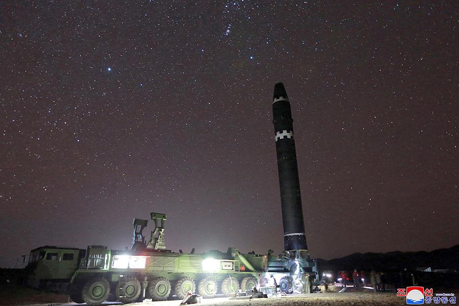 北韓在2017年11月29日試射的火星15新型洲際彈道導彈,射程可以覆蓋全美。(KCNA VIA KNS/AFP/Getty Images)