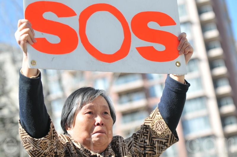黃金玲呼籲正在訪華的加拿大代表團,敦促中共釋放她女兒和其他法輪功學員,停止迫害。(吳偉林/大紀元)