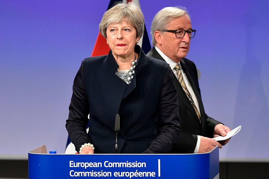 12月4日,英國首相文翠珊與歐盟委員會主席容克宣佈,當天的談判沒能達成協議。(JOHN THYS/AFP/Getty Images)