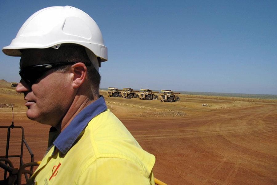 西澳洲最高法院近期裁決中信泰富在中澳鐵礦項目(SINO)上再次敗訴,需支付合夥人特許經營費30年。圖為2010年時任SINO的礦業經理Tim Ryan在施工現場。(AMY COOPES/AFP/Getty Images)