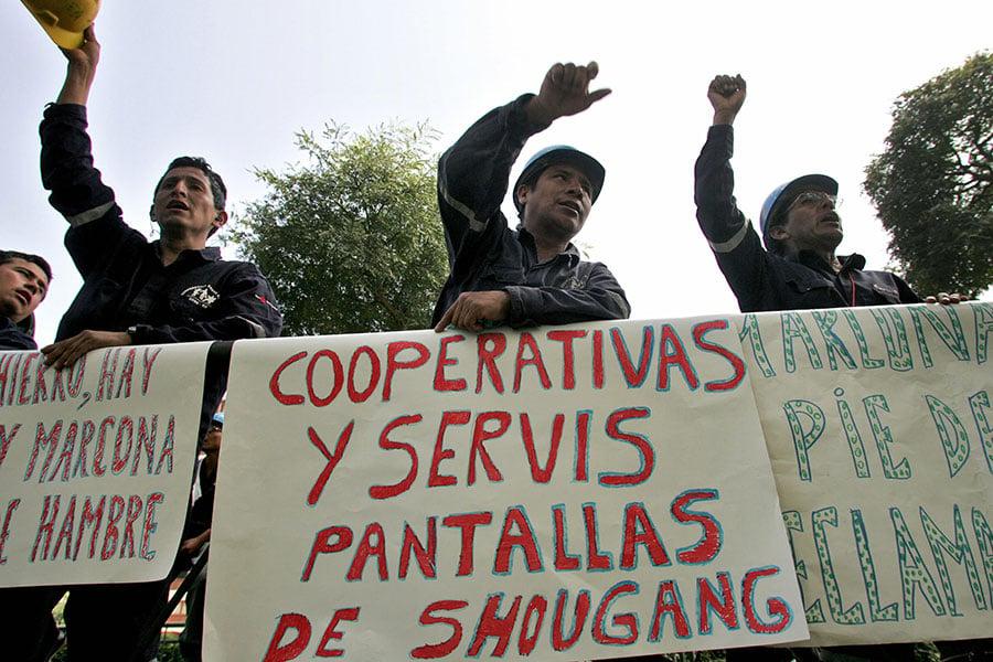 海外投資勞資糾紛一直是中企的「痛」。圖為2007年4月25日,首鋼在秘魯當地聘用的近300名工人罷工,抗議首鋼不再續約7名員工的決定。(EITAN ABRAMOVICH/AFP/Getty Images)