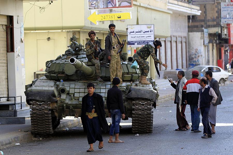 2017年12月4日,青年運動叛軍在薩那南方約40公里處攔下薩利赫的4部車輛車隊,槍殺薩利赫,並宣佈其死訊。(MOHAMMED HUWAIS/AFP/Getty Images)