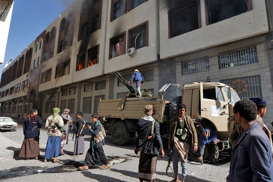 2017年12月1日晚間,「青年運動」叛軍在首都薩那市與薩利赫支持者爆發衝突。(STRINGER/AFP/Getty Images)