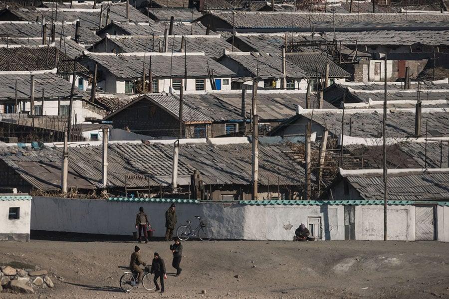 2017年11月19日,北韓金策市的房屋。(ED JONES/AFP/Getty Images)