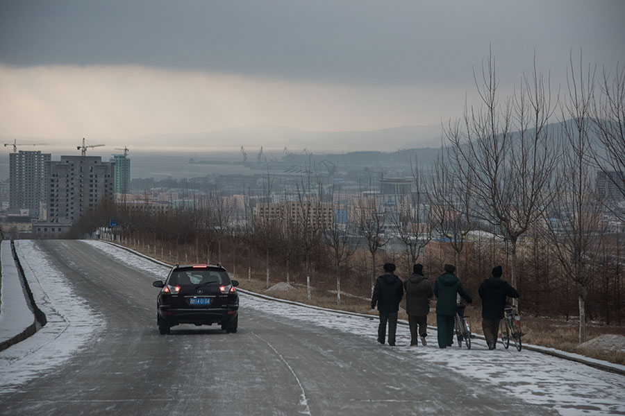 2017年11月21日,北韓羅先特別市的一條馬路,路上沒甚麼車輛。(ED JONES/AFP/Getty Images)