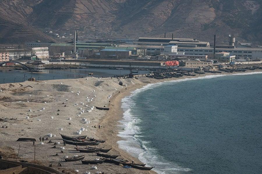 2017年11月22日,北韓咸興市的海岸一景。(ED JONES/AFP/Getty Images)