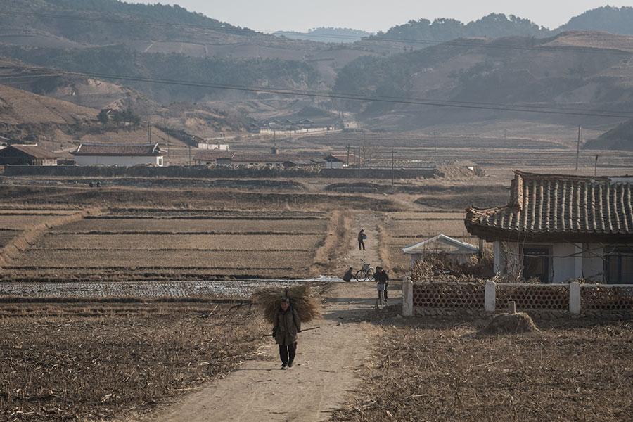 英國籍法新社攝影記者鍾斯(Ed Jones)在2017年11月前往北韓東部海岸地區進行拍攝工作。圖為洪原郡與利原郡之間的景致。(ED JONES/AFP/Getty Images)