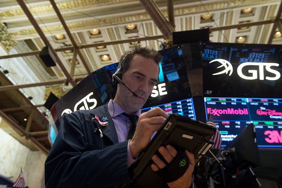 美國劃時代的減稅法案一通過,引發了一場「全球話題」。美國股市上揚,美元攀升。(BRYAN R. SMITH/AFP/Getty Images)