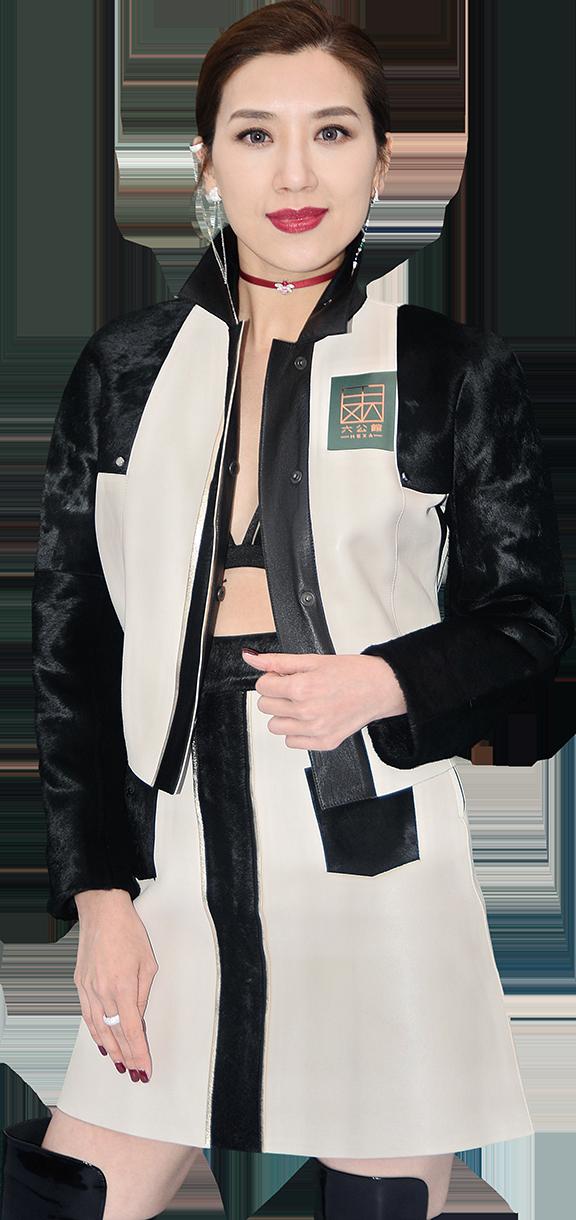 黃智雯以bra top配外套出席活動,她表示配合餐廳主題。(宋碧龍/大紀元)