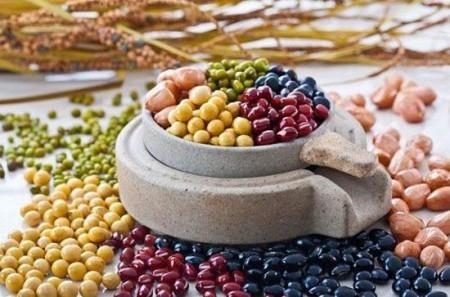 人們都希望自己有個健康的身體,健康長壽,平時飲食就得多注意。「多吃『三黑』,少吃『三白』。」也成為時下流行的一種養生方法。(網絡圖片)