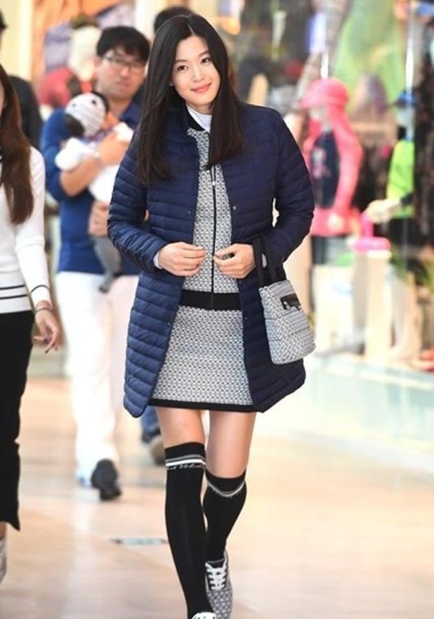 全智賢今年9月出席韓國京畿道代言活動,當時有6個月身孕的她腹部微隆手腳仍然纖瘦。(網絡圖片)