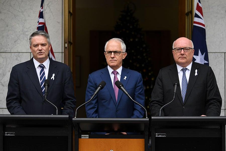 周二,澳洲總理特恩布爾(中)宣佈了新的反間諜和外國干預法案。左為財務部長科曼(Mathias Cormann),右為律政部長布蘭迪斯(George Brandis)。(澳新社)