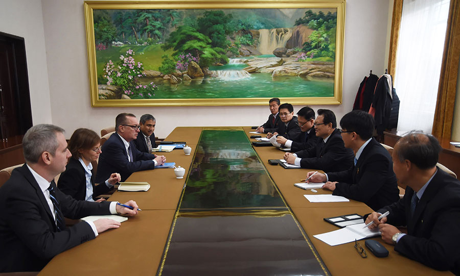 12月5日,聯合國負責政治事務的副秘書長費爾特曼(左三)在北韓首都平壤與北韓副外長朴明國(右三)會談。(KIM WON-JIN/AFP/Getty Images)