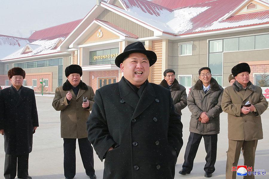 圖為朝中社12月6日發佈的一張北韓領導人金正恩(中)參觀新落成的薯仔處理工廠照片。(STR/AFP/Getty Images)
