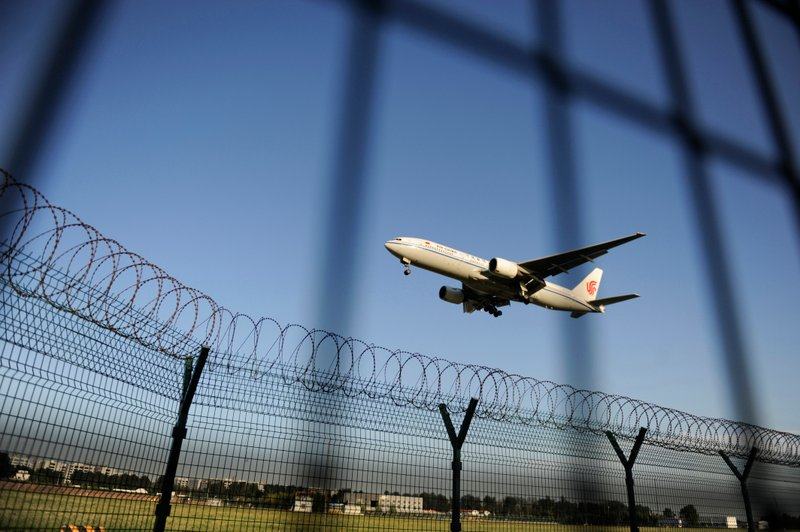 中紀委曾預計2013年非法資金外逃達15,000億美元,比2012年急劇上升50%。圖為北京機場一景。(AFP/Getty Images)