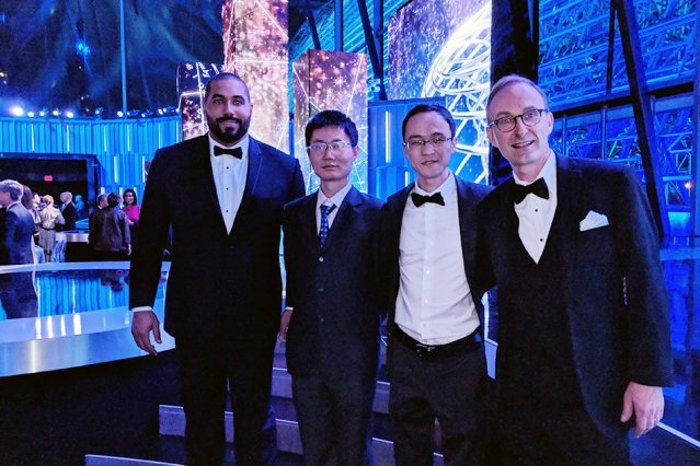 美國麻省理工學院(MIT)數學系教授張偉(音譯,Wei Zhang,圖右二)和耶魯大學教學系教授惲之瑋(Zhiwei Yun,圖左二),獲得第六屆科學突破獎(Breakthrough Prizes)的數學新視野獎(New Horizons in Mathematics),突破獎有「科學界的奧斯卡」之稱。(圖片來源:MIT網站/MIT數學系)