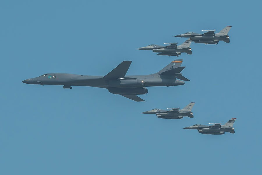 B-1B槍騎兵戰略轟炸機及護航的F-16戰鬥機。(USAF/維基百科)