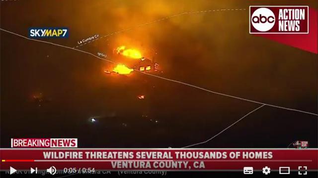 星期二(12月5日)早上,加州南部山火以爆發之勢擴大,在短短四個小時內就擴大了10,000英畝。(視像擷圖)