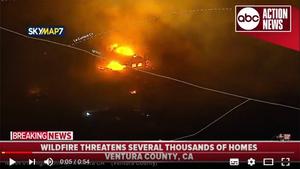 南加州爆炸性山火迫使近三萬人撤離