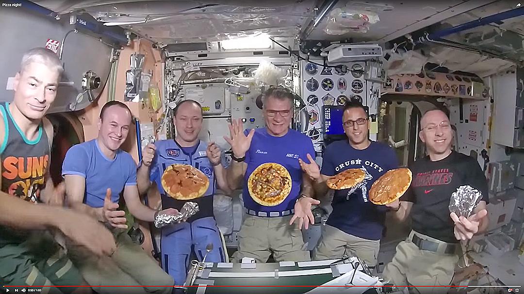 意大利太空人內斯波利(Paolo Nespoli)與同事在國際太空站上做披薩。(影片擷圖)