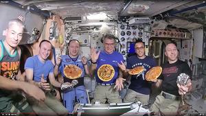 太空人手忙腳亂 做「披薩」