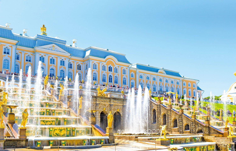 眾多的噴泉與鍍金雕像是彼得宮的最大特色。(Fotolia)