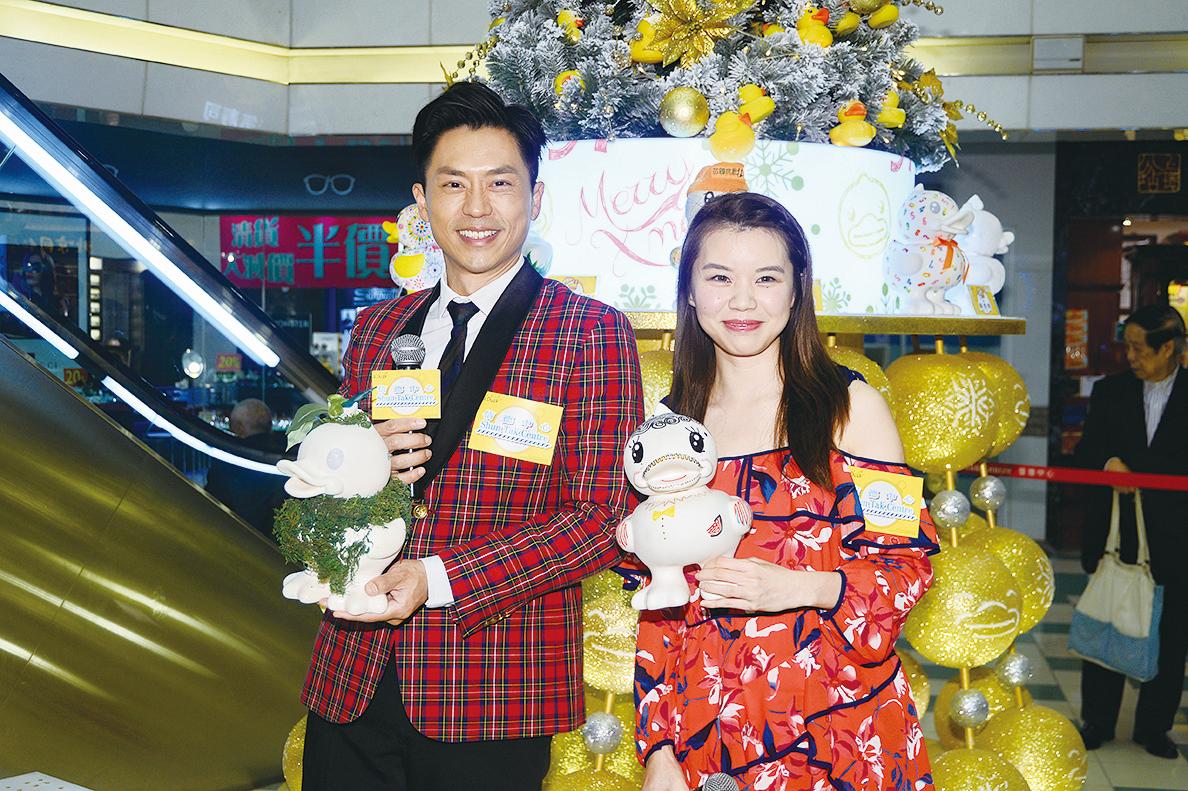 森美與西瓜出席商場「潮鴨B.Duck主題聖誕活動」。(宋碧龍/大紀元)