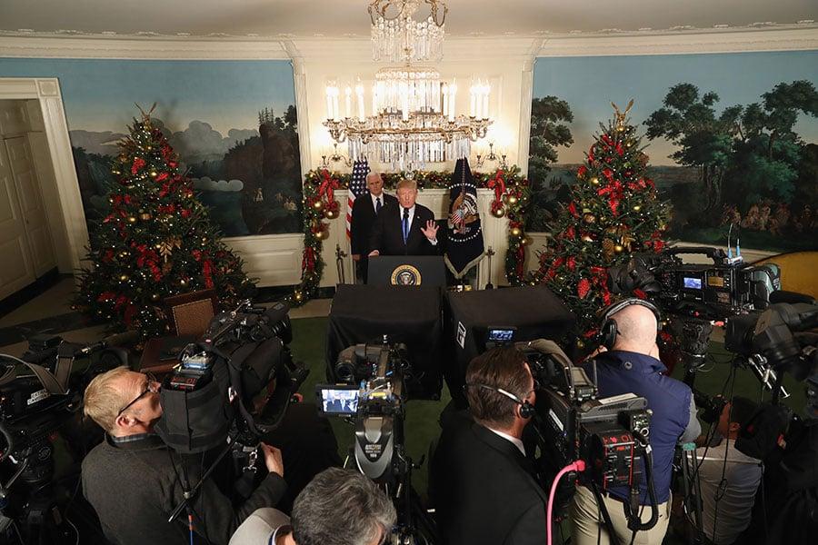 美國總統特朗普周三(12月6日)發表演說,宣佈美國正式承認耶路撒冷是以色列的首都,並命令國務院開始將美國大使館從特拉維夫遷往耶路撒冷。(Chip Somodevilla/Getty Images)