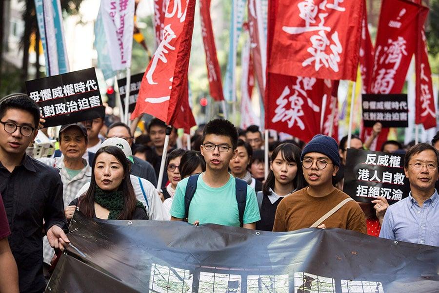 北京駐港機構主要官員先後發表言論,指《基本法》是中國憲法的子法,香港必須認同憲法規定中共領導的國家體制。有學者表示,這是中共官員首次赤裸地否定一國兩制。圖為12月3日香港人遊行抗議。(ISAAC LAWRENCE/AFP/Getty Images)