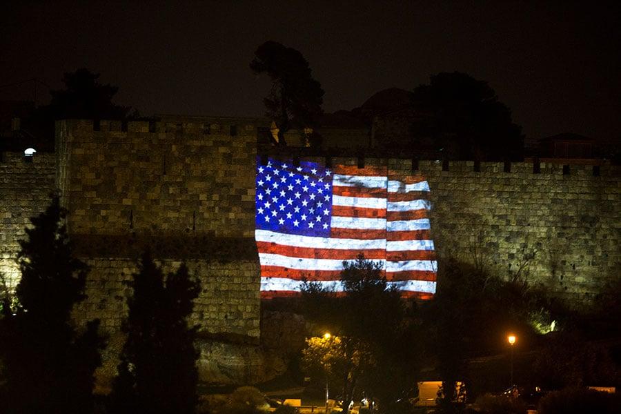 圖為12月6日,美國總統特朗普宣佈承認耶路撒冷為以色列首都後,以色列把美國國旗影像投映在耶路撒冷舊城牆上。(Lior Mizrahi/Getty Images)