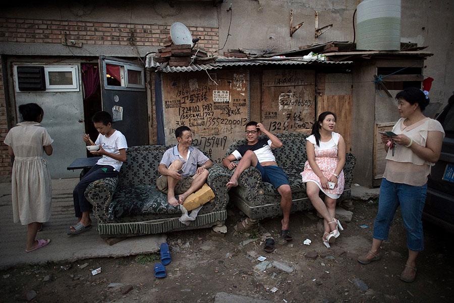 北京從上個月開始的大驅逐行動引發今年最大的政治爭議。緊跟北京的步伐,其他大城市,比如上海和廣州,也開始驅逐農民工。圖為北京郊區的一個農民工聚居地。(NICOLAS ASFOURI/AFP/Getty Images)