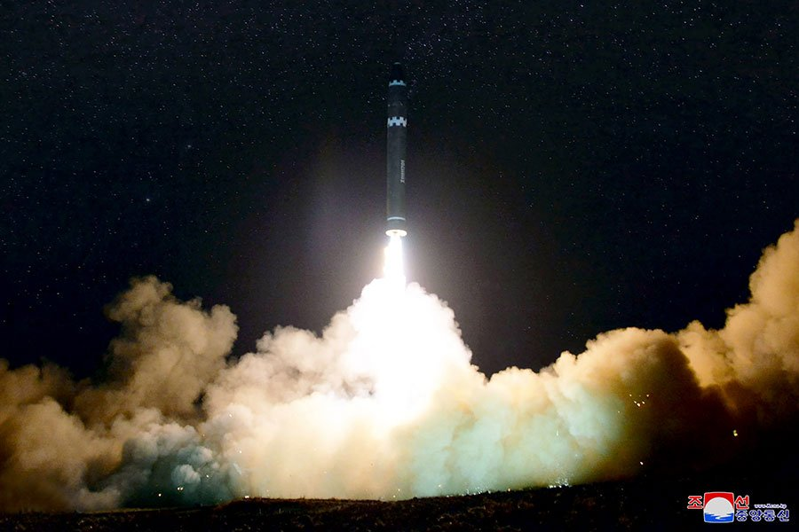 英國《衛報》稱,美國中央情報局主管告訴該國總統特朗普說,解決北韓核問題只剩三個月的時間。圖為北韓於11月29日凌晨試射的新型導彈。(KCNA VIA KNS/AFP)