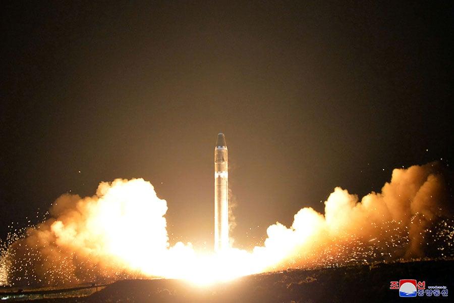 日本《朝日新聞》援引消息稱,北韓領導人金正恩最近下令準備更大型的導彈,可能會在9月發射。圖為北韓於2017年11月29日發射的「火星15型」導彈。(KCNA VIA KNS/AFP)