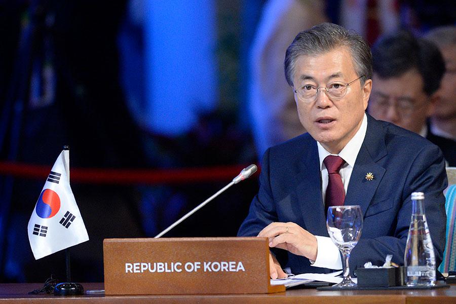 南韓總統文在寅將於本月13日至16日訪問中國。圖為文在寅在11月14日東盟峰會上發言。(AFP/Getty Images)