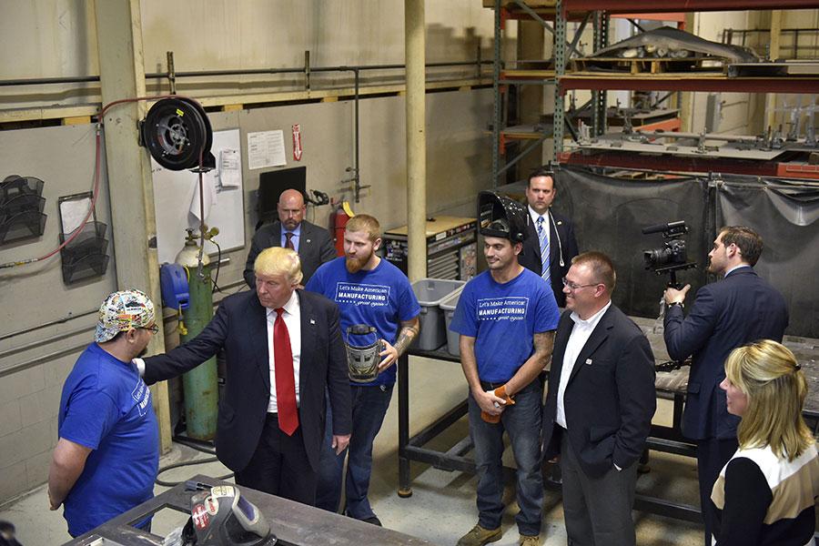 特朗普減稅被認為將吸引更多企業投資美國,但或衝擊中國經濟。圖為今年9月特朗普訪問俄亥俄州的一家工廠。(MANDEL NGAN/AFP/Getty Images)