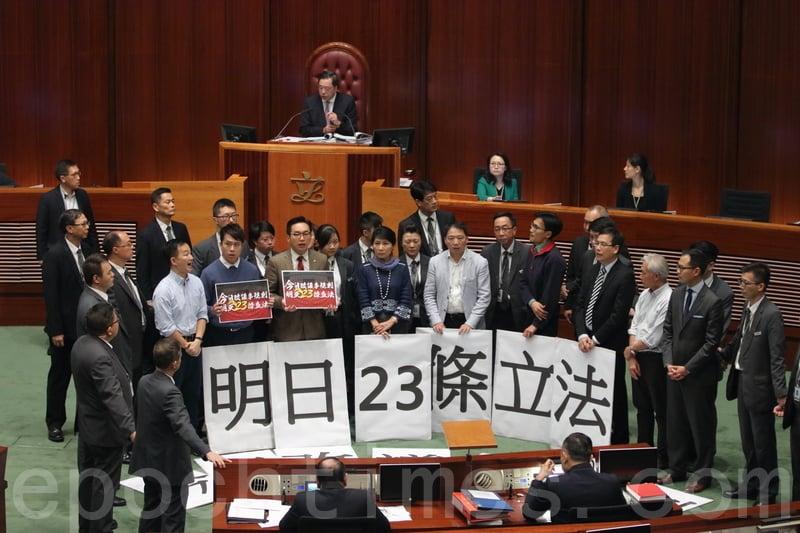 主席梁君彥其後再次主持會議,但民主派議員繼續在主席台前高叫口號,梁君彥再次勸喻示威的議員讓會議繼續不果後,再次宣佈暫停會議。(蔡雯文/大紀元)