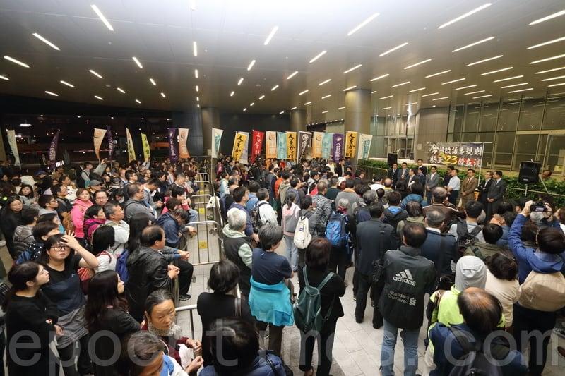 多個民主派政黨及團體傍晚在立法會示威區集會,反對修改《議事規則》,有過百人出席。