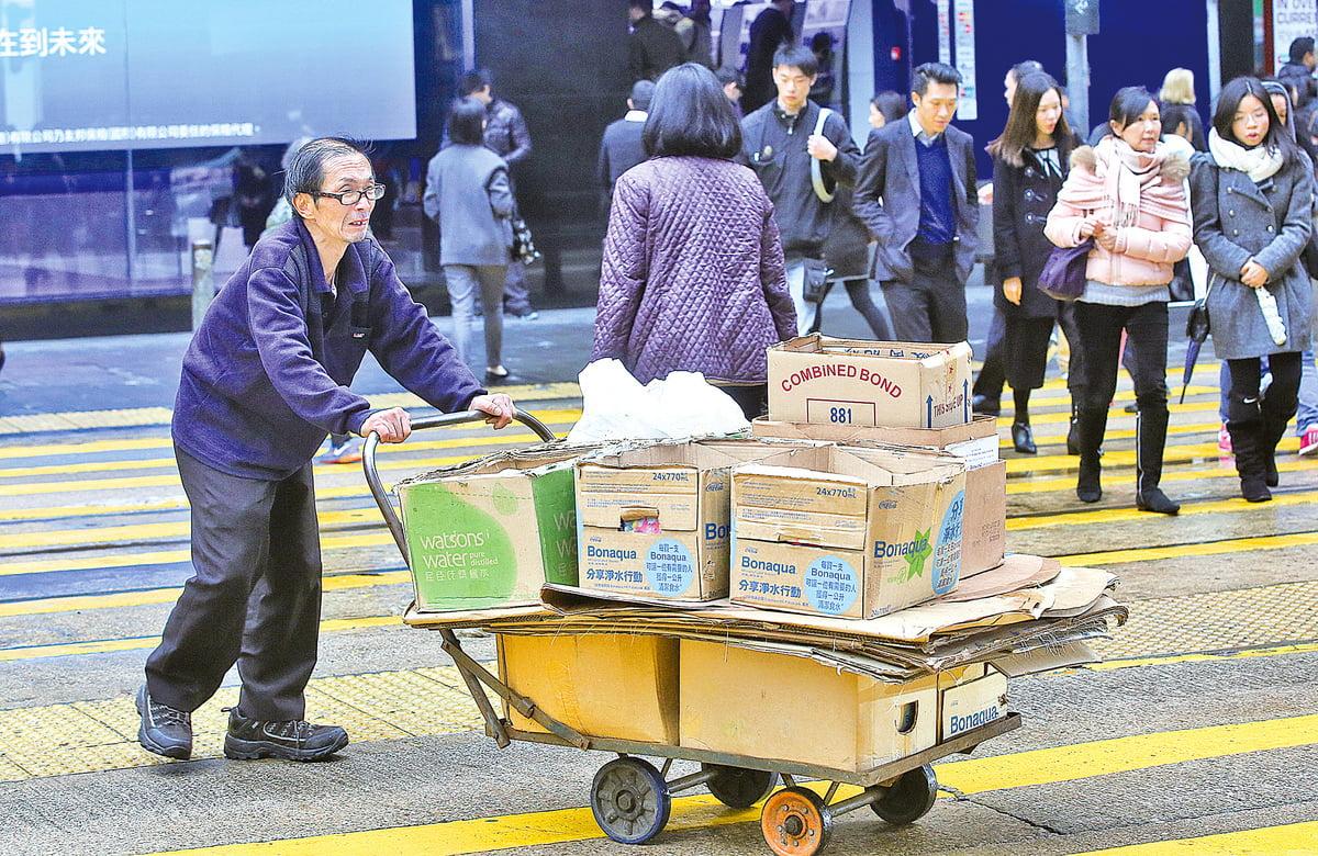過去五年,貧窮人口上升至135.2萬,港府更預期因收入不均及高齡海嘯將令貧窮情況急速惡化。加上香港輸入人口高齡化,大多屬基層的單程證超過每天150名的限額,45歲以上人群較十年前大增3.4倍。(大紀元資料圖片)
