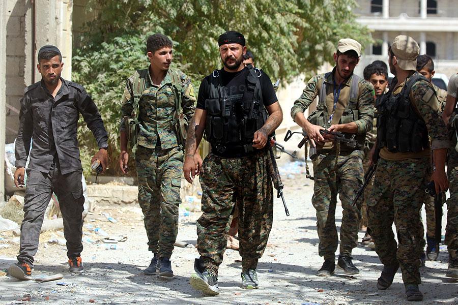美國國防部於2017年12月6日,公佈最新的駐敘利亞美軍人數為2,000人,是之前公佈的4倍人數。本圖為美軍支持的庫爾德 - 阿拉伯聯盟敘利亞民主力量(SDF)部隊,在9月4日收復敘利亞北部的拉加(Raqa)市。(DELIL SOULEIMAN/AFP/Getty Images)