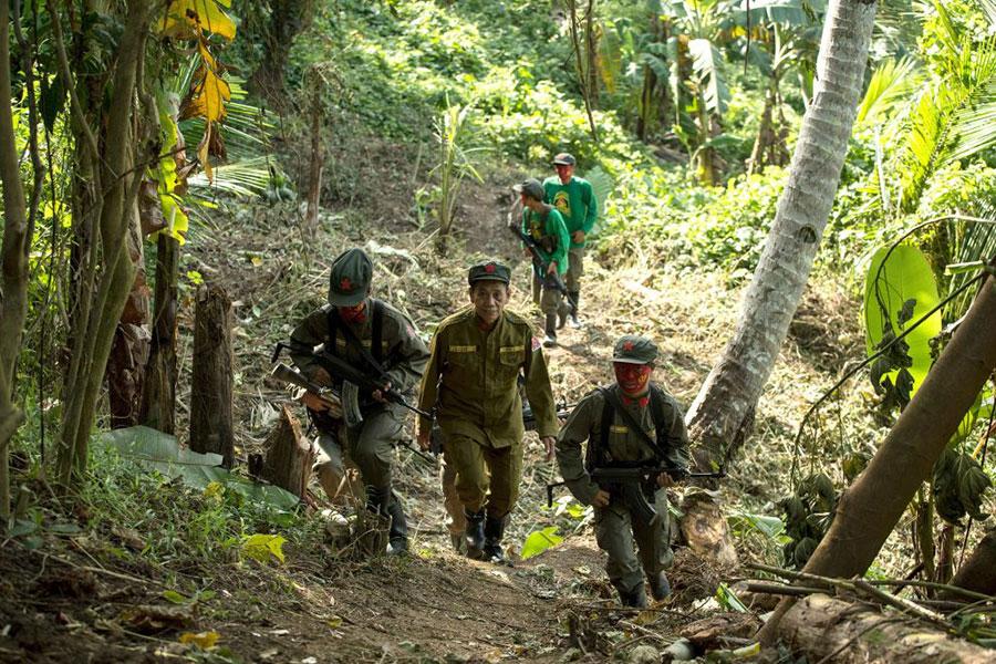 周二(12月5日)菲律賓總統杜特爾特簽署公告,正式將菲律賓共產黨(CPP)及其所屬游擊隊「新人民軍」(NPA)列為恐怖組織。圖為2017年7月30日拍攝的「新人民軍」。(NOEL CELIS/AFP/Getty Images)