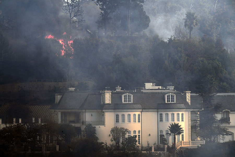 全美最富裕地區之一、洛杉磯高檔社區貝萊爾(Bel Air)也遭遇山火肆虐。(ROBYN BECK/AFP/Getty Images)