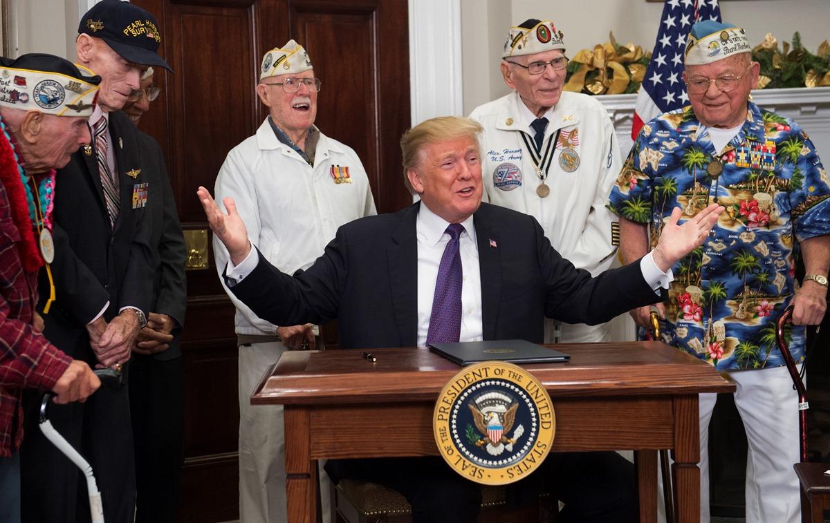 12月7日下午,美國總統特朗普在白宮會見6名珍珠港事件倖存老兵,並簽署一份聲明宣布「國家珍珠港紀念日」。(SAUL LOEB /AFP)