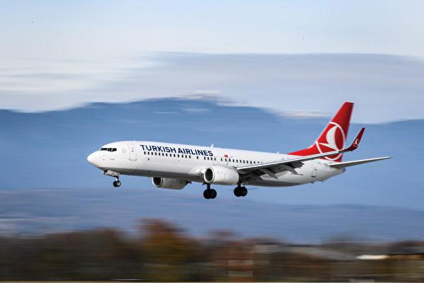 土耳其航空公司一個航班的乘客使用「飛機上有炸彈」這樣的Wi-Fi名稱,導致該航班緊急降落並進行安全檢查。圖為該航空公司的一架飛機。(FABRICE COFFRINI/AFP/Getty Images)