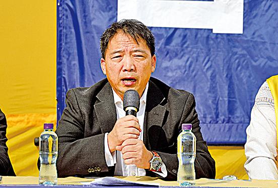 民主黨主席、立法會議員胡志偉在國際人權日法輪功反迫害集會上發言,讚揚法輪功學員多年來堅持以和平、理性方式制止中共迫害。(李逸/大紀元)