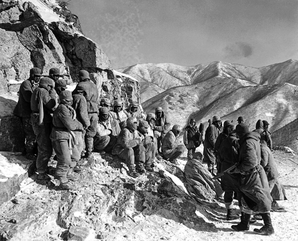 一群被俘的中共志願軍。(維基百科)