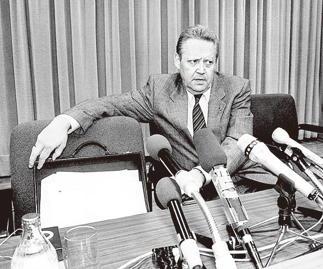 1989年11月9日傍晚,沙博夫斯基在記者招待會上宣佈,立即取消對東德人的出境管制。這一句話引發了東德的解體。(Getty Images)