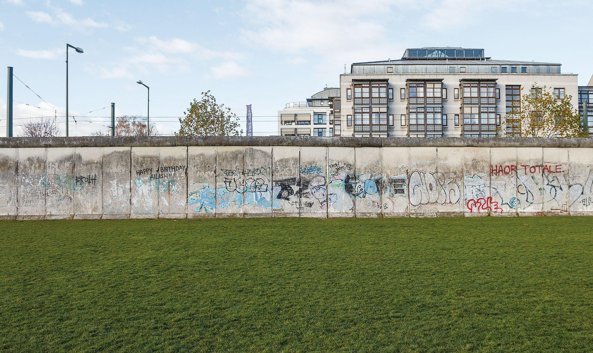 柏林圍牆在1989年被民眾用鐵鎚砸倒,部份人為了記住這段被極權壓制的歲月,保留了幾段合共3公里長的圍牆,圖為位於Bernauer 街的柏林圍牆。(維基百科)