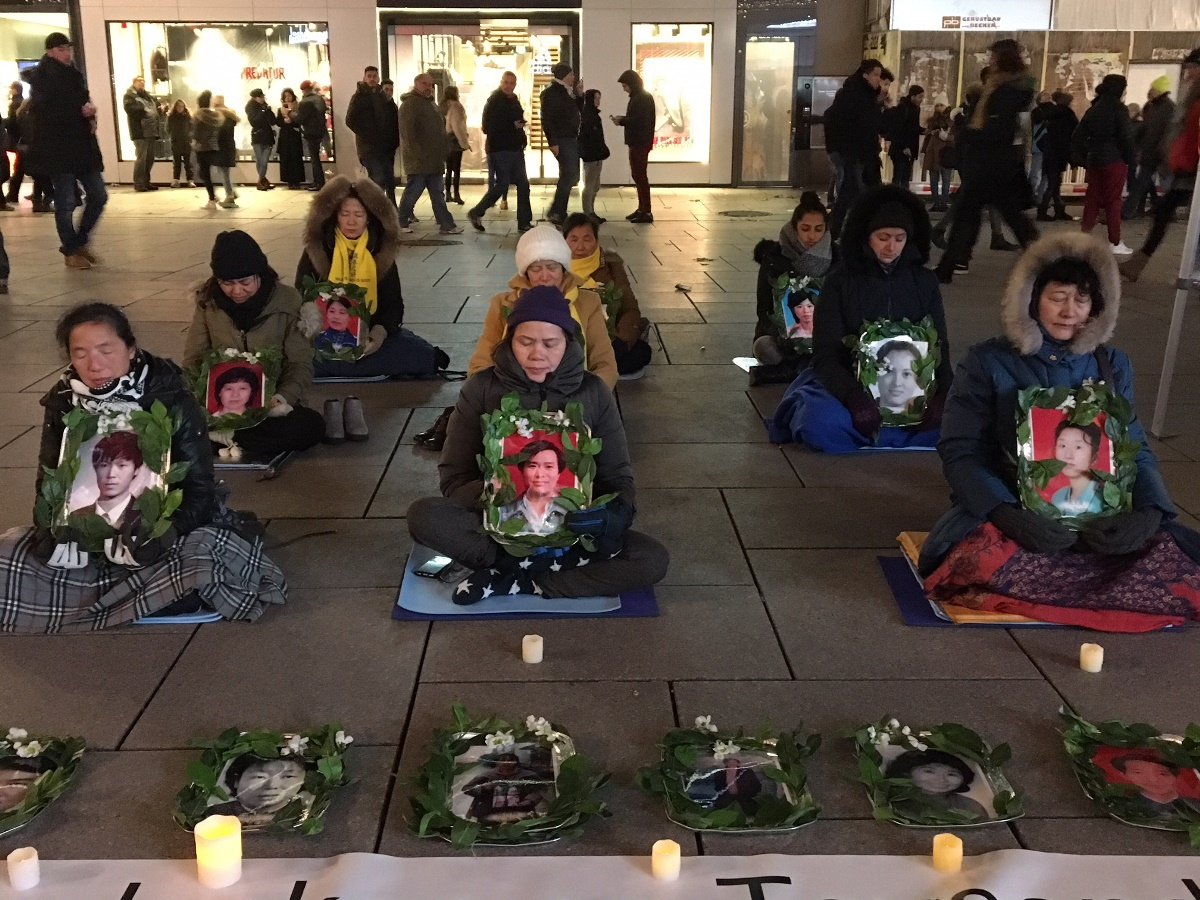 2017年12月9日,國際人權日前夕法蘭克福的法輪功學員舉辦燭光守夜活動,悼念在中國被迫害致死的法輪功學員。(羅瓊/大紀元)