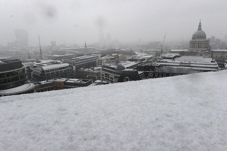 英國各地降下四年來最大的暴風雪。圖為12月 10日聖保羅大教堂坐落的倫敦市中心,也覆蓋著厚厚的積雪。(AFP PHOTO/DANIEL SORABJI)
